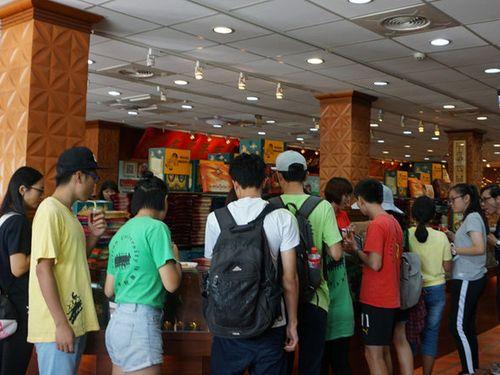 中国大陸からの観光客で賑わう金門県の特産店