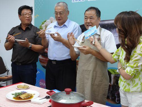 サバヒーの新製品をPRする漁業署の張致盛代理署長(右から2人目)ら