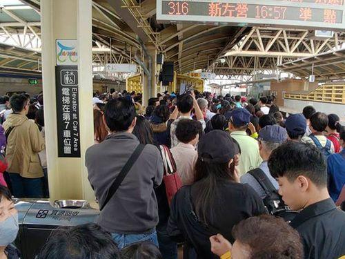 台湾ランタンフェス期間中、見物客で埋まる台鉄・潮州駅(屏東県)のプラットホーム=読者提供