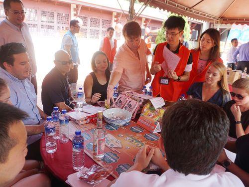 「博餅」を楽しむ外国人旅行者ら