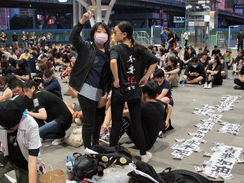 高雄駅前で座り込みし、香港デモ参加者への支持を表明する人々