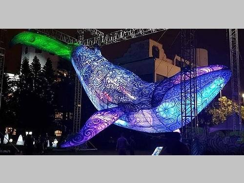ライトアップされた海をテーマとした芸術作品