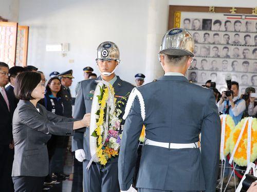 61年前の「金門砲戦」で命を落とした軍人らに献花する蔡総統
