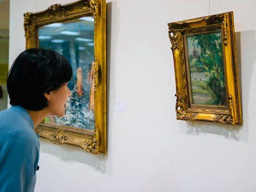 順天美術館で保管されていた絵画に見入る鄭麗君文化部長=本人のフェイスブックページから