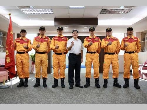 東京都の総合防災訓練に参加する台北市の救助隊員ら=同市消防局提供