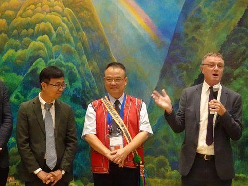 国際人権博物館連盟のアジア太平洋支部設置を喜ぶフレミング会長(右)、台湾の国家人権博物館の陳俊宏館長(左)ら