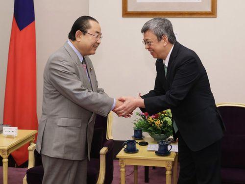田中和徳衆院議員(左)と握手をする陳建仁副総統=総統府の公式サイトから