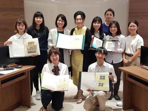 高齢の日本人男性が台北医学大学の学生らに託したストックブック=同大提供