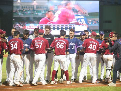 親善試合の後、握手を交わすラミゴ、楽天両チームの選手ら=2019年3月1日、台北・天母野球場