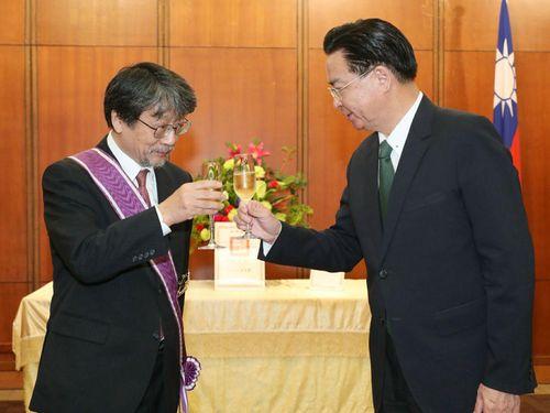 呉外交部長(右)から勲章を贈られた若林教授=同部提供