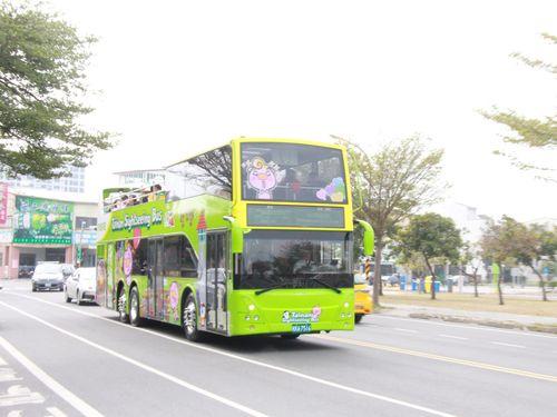 台南市内の景勝地を回る2階建て観光バス=同市提供