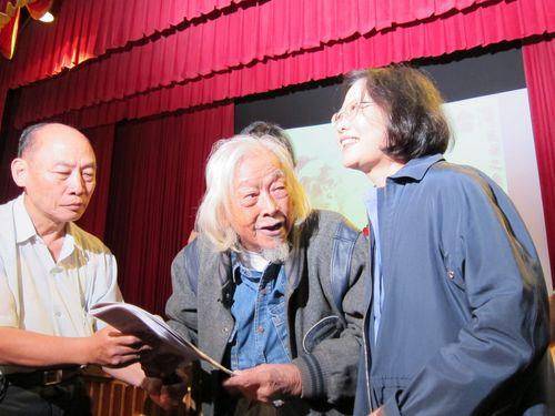 笑顔の史明氏(中央)と蔡英文氏(右)=2013年11月、台北