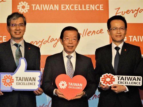 「台湾エクセレンス」の受賞製品をアピールする謝長廷駐日代表(中央)