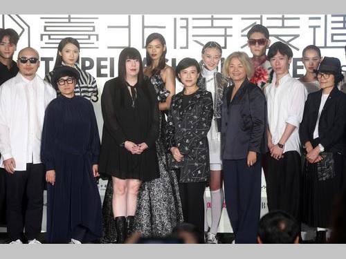26日の記者会見で「台北ファッションウイーク」をPRした鄭麗君文化部長(文化相、手前中央)