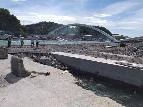 宜蘭の漁港で橋崩落  少なくとも9人が海に転落/台湾