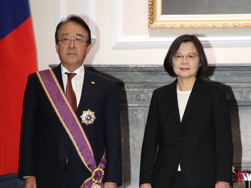 蔡総統(右)から勲章を贈られた沼田代表
