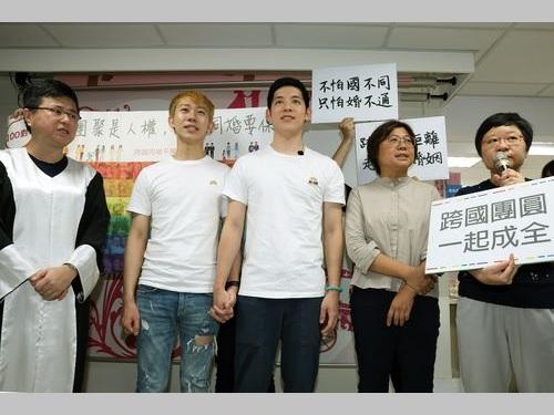 婚姻届を受理されなかった男性同士の国際カップル(左から2人目と同3人目)や台湾伴侶権益推進連盟の幹部ら