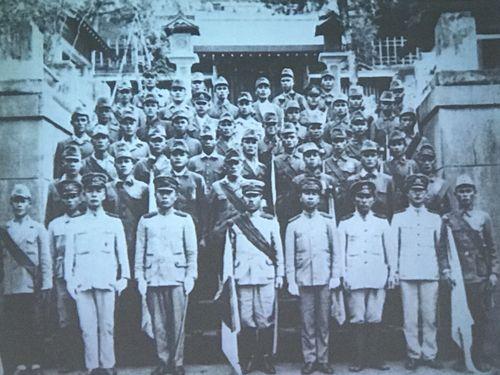出征前に花蓮港神社に参拝する高砂義勇隊の隊員たち=東華大提供
