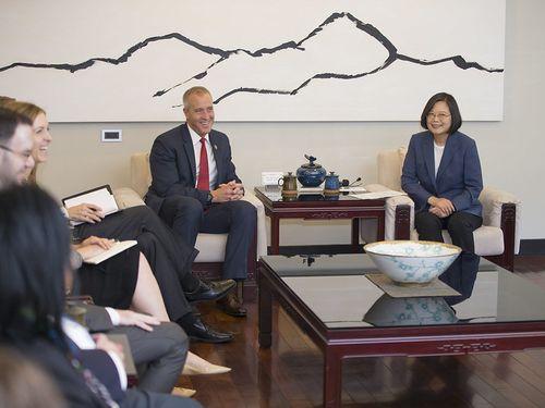米民主党のショーン・パトリック・マロニー下院議員(右から2人目)と面会する蔡英文総統=総統府提供