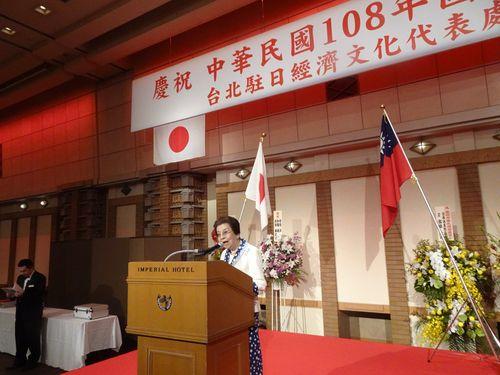 国慶節祝賀会であいさつをする安倍洋子さん