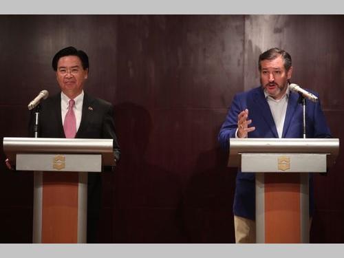 会見に臨む呉外相(左)とクルーズ米上院議員