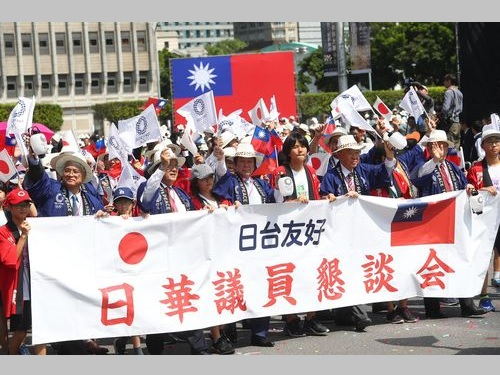 国慶節を祝うパレードに参加した日本の国会議員や子どもたち