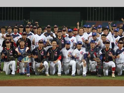 試合後、記念撮影に応じる台湾、香港両チームの選手ら