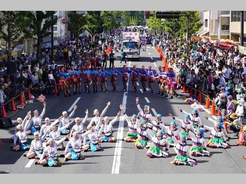 安濃津よさこいに出場した台東県の高校生たち=同県政府提供