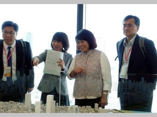 「うめきたプロジェクト」について説明を受ける嘉義市の黄敏恵市長(右から2人目)=同市政府提供