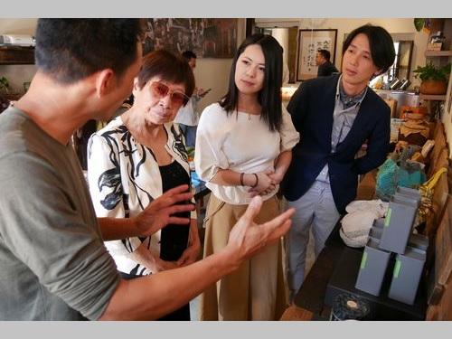 源古本舗で交流を深める日台の芸術家ら=源古本舗提供