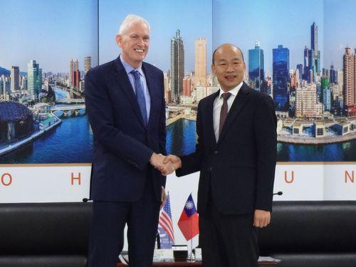 米国在台協会のモリアーティ理事長(左)と握手をする韓高雄市長