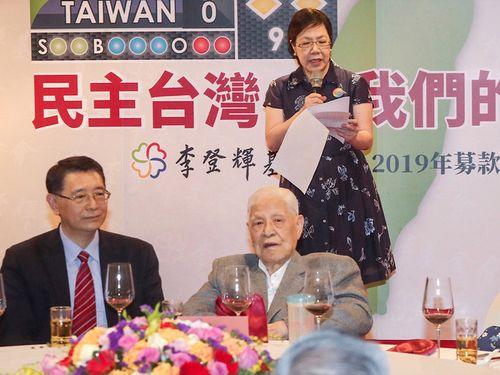車椅子で募金パーティーに出席する李登輝元総統(手前右)