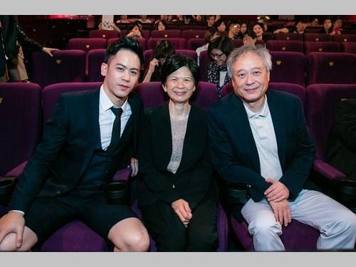 青春恋愛映画「陪ニー很久很久」を鑑賞する(左から)主演のメイソン・リー、メイソンの母親の林恵嘉さん、父親のアン・リー監督=威視電影提供