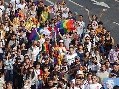 台北市内を行進する性的少数者やその支持者たち