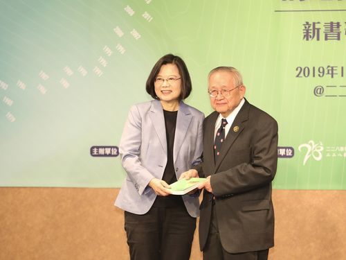 蔡英文総統(左)と陳隆志氏