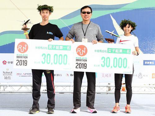 エバー航空ハーフマラソン男子の部で優勝した日本の市民ランナー、牧野冴希(左)。右は女子の部の優勝者、台湾の曹純玉=同社の公式サイトより