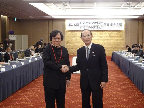 会議前に握手をする台湾日本関係協会の邱義仁会長(左)と日本台湾交流協会の大橋光夫会長