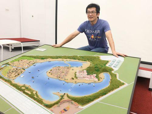 ウェイ・ダーション監督。準備中の新作シリーズ「台湾三部曲」の撮影用大規模オープンセットの模型と
