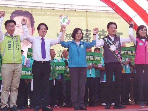 立法委員(国会議員)選の民進党候補者の応援に駆け付けた蔡総統(中央)と頼氏(左から2人目)