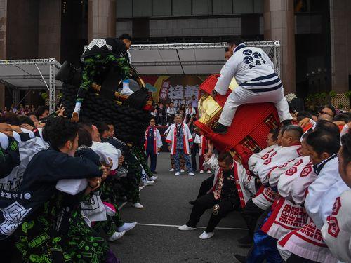 会場を沸かせる愛媛県松山市の鉢合わせ