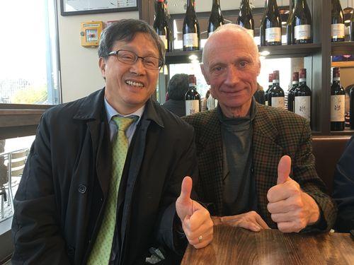 親指を立てる謝代表(左)とドイツ人男性=謝氏提供