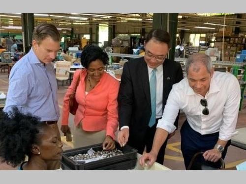 セントルシアの工場を視察する沈正宗大使(右から2人目)=在バルバドス米国大使館の公式ツイッターから