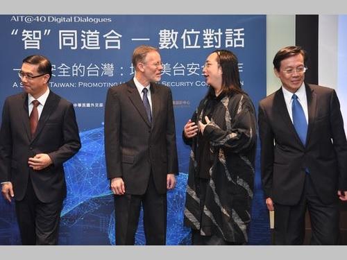 討論会で立ち話をする唐行政院政務委員(右から2人目)とAITのブレント・クリステンセン台北事務所所長(大使に相当)