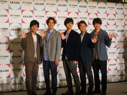 訪台記者会見に臨む嵐の二宮和也(左から)、相葉雅紀、松本潤、大野智、櫻井翔
