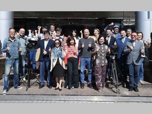 ドラマの撮影開始を喜ぶプロデューサーのイエ・ティエンルン(2列目左端)、出演者のロン・シャオホア(前列左端)ら=中華テレビ提供