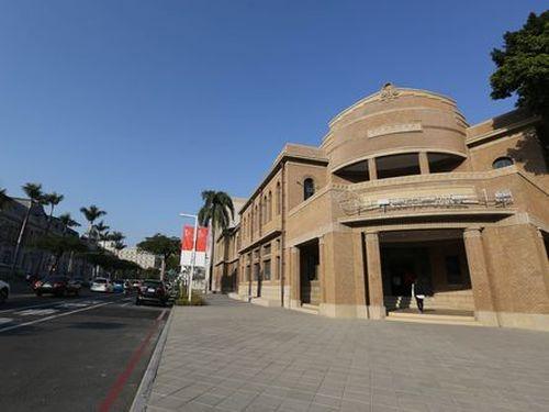 台南市美術館1号館(右)