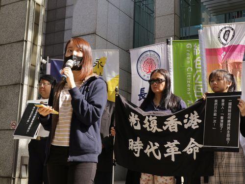 投票で台湾の民主主義を守ろうと訴える女子学生
