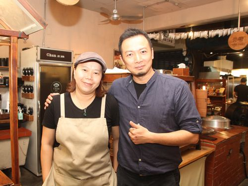 陳一銘さん(右)と妻の辜純純さん