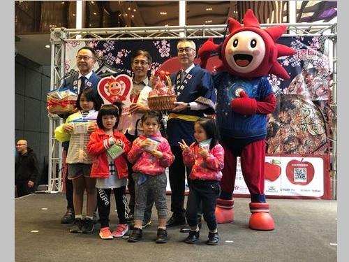 弘前市の鎌田雅人副市長(後列左から3人目)