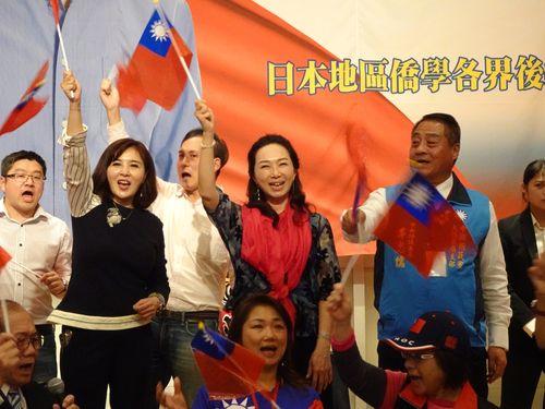 国民党総統候補、韓国瑜氏の妻、李佳芬氏(赤いスカーフの女性)